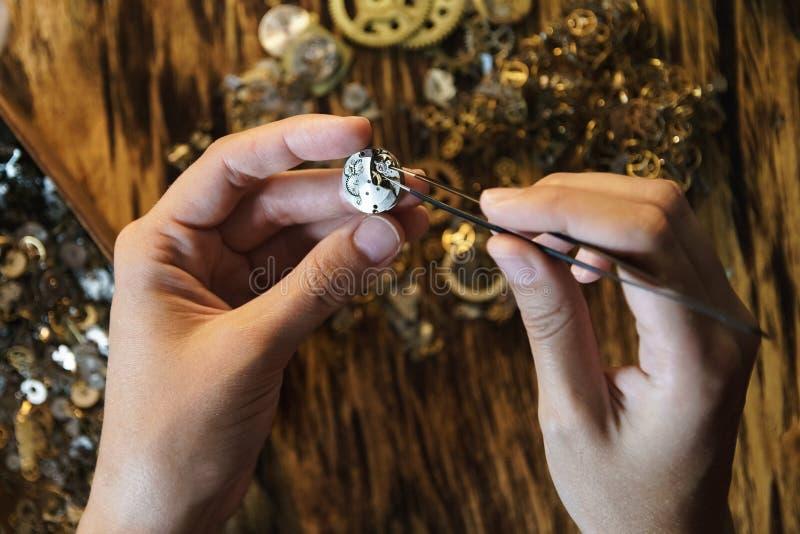Naprawianie rocznika zegarków krótkopęd zamknięty w górę fotografia royalty free