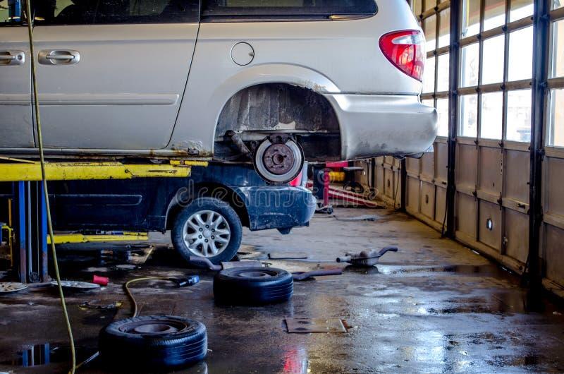 Naprawianie samochody w mechanika sklepie fotografia royalty free
