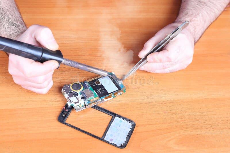 Naprawy łamający telefon komórkowy obraz royalty free