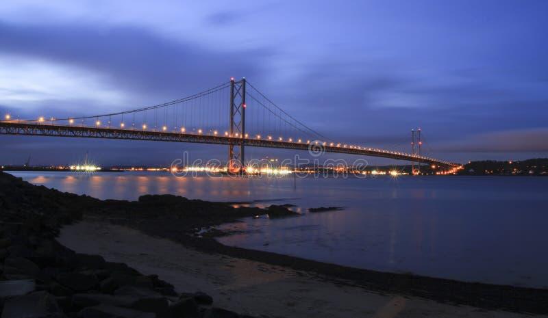 Naprzód droga most przy nocą obraz royalty free
