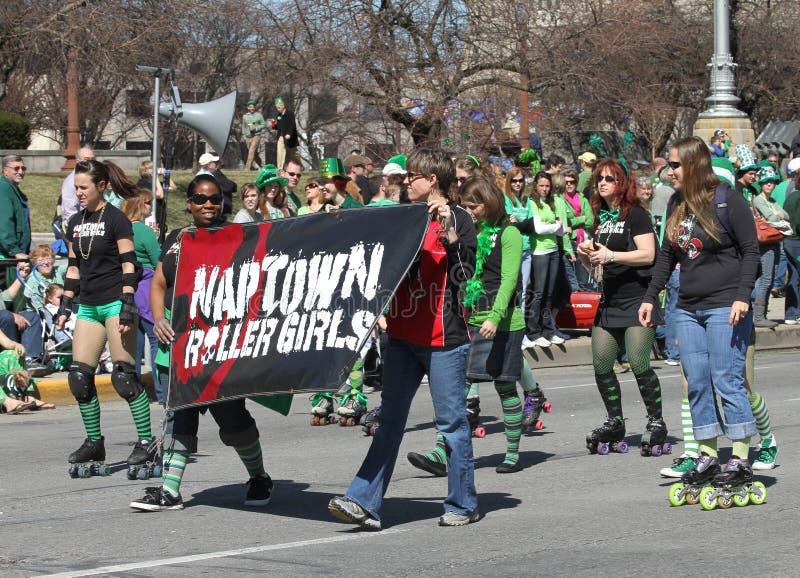Naptown-Rollen-Mädchen an der jährlichen des St Patrick Tagesparade stockfoto