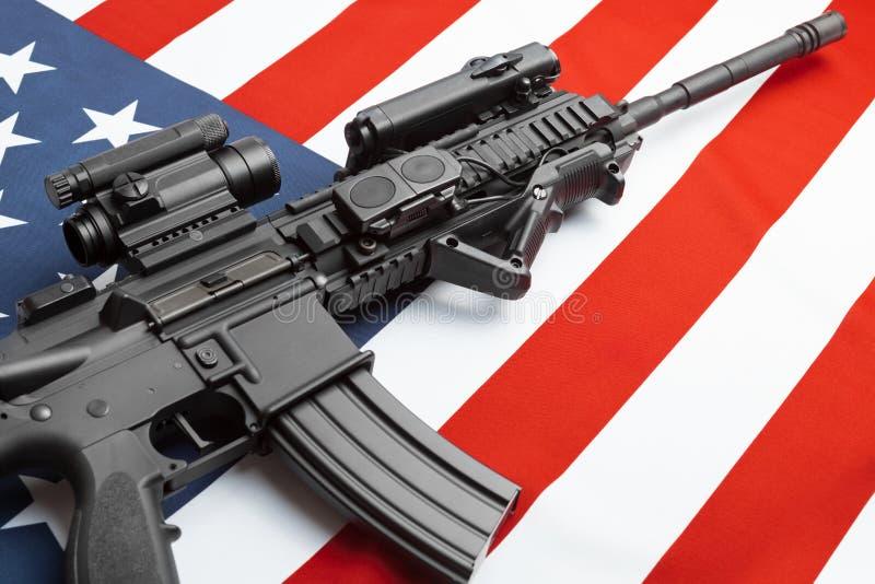 Napuszona flaga państowowa z maszynowym pistoletem nad nim serie - Stany Zjednoczone Ameryka obrazy royalty free
