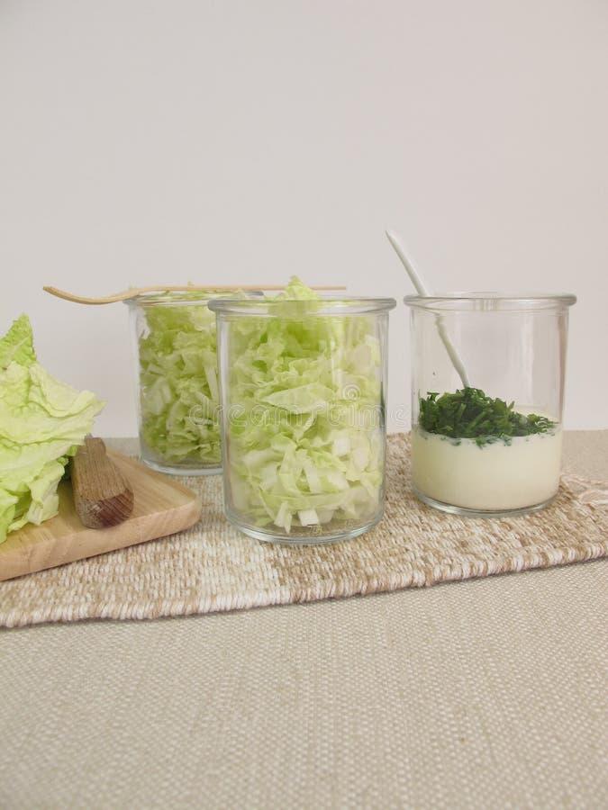 Napy kapuściana sałatka z jogurtu opatrunkiem zdjęcie stock