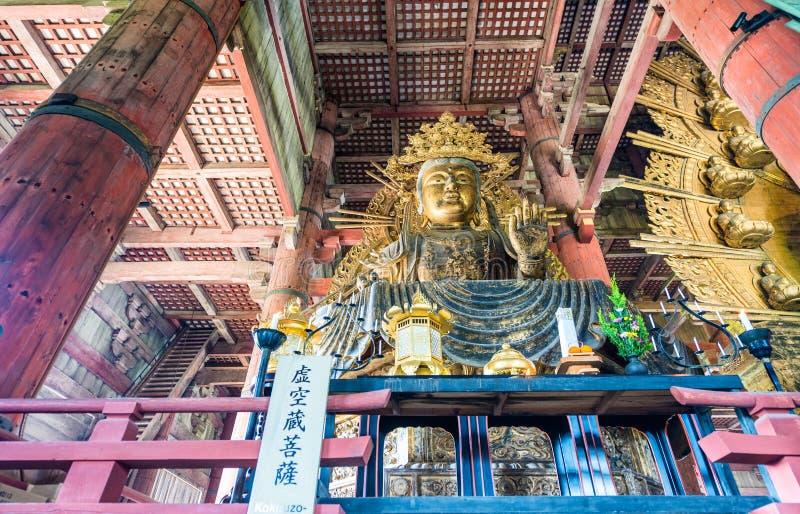 NARA, ЯПОНИЯ - АПРЕЛЬ 2016: Интерьер виска Todai-Ji Это b стоковые фотографии rf