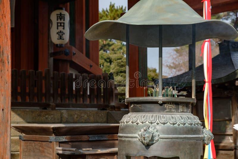 NARA, GIAPPONE - 30 GENNAIO 2018: Supporto di incenso giapponese del tempio sul tempio di Nara fotografia stock libera da diritti