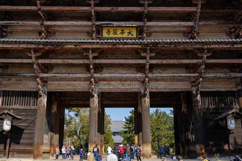 NARA, GIAPPONE - 30 GENNAIO 2018: Turisti che camminano in entrata della porta gigante del tempio di Todaiji Nandaimon a Nara immagini stock