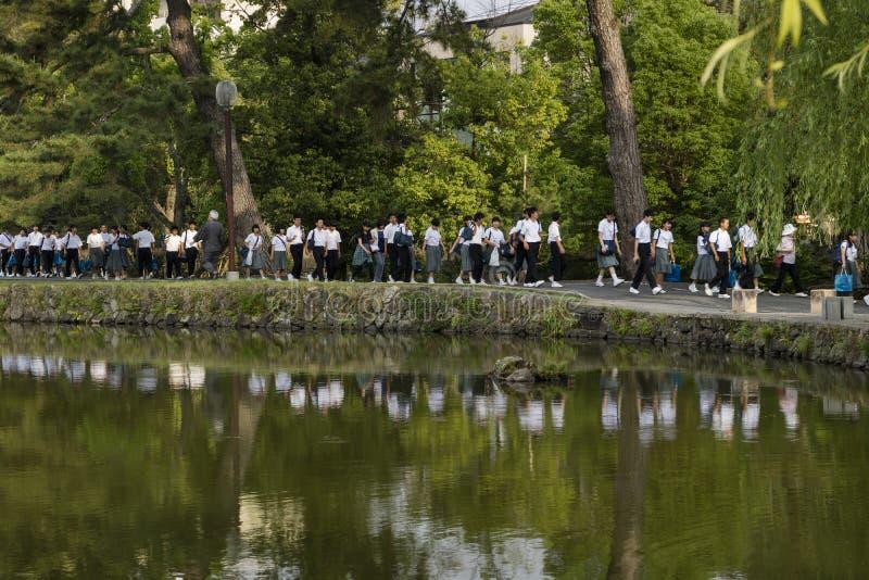Nara, Japão - 30 de maio de 2017: Grupos de passeio japonês dos estudantes imagem de stock royalty free