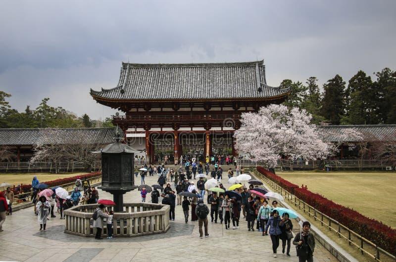 NARA JAPAN - APRIL 02, 2019: Talrikt turistbesök av den Todai-ji templet i Nara, Japan royaltyfri foto