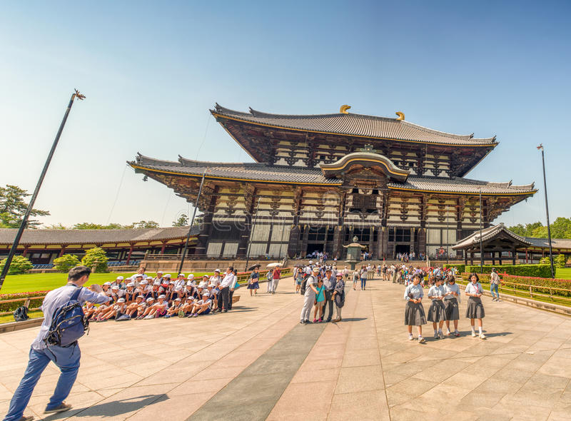 NARA JAPAN - APRIL 2016: TuristbesökTodai-ji tempel Nara I royaltyfria foton