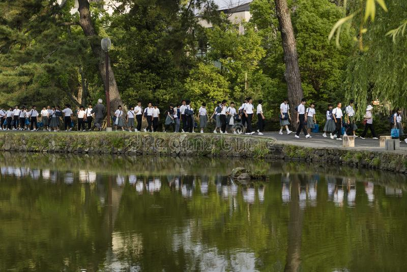 Nara, Japan - 30. Mai 2017: Gruppen des japanischen Studentengehens lizenzfreies stockbild