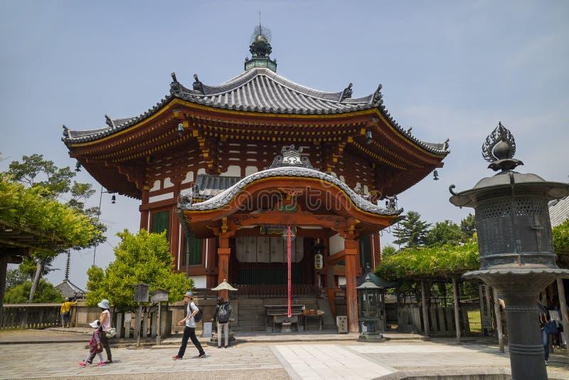 Nara Japan - Maj 31, 2017: Nanendo sydliga åttahörniga Hall, a arkivfoton