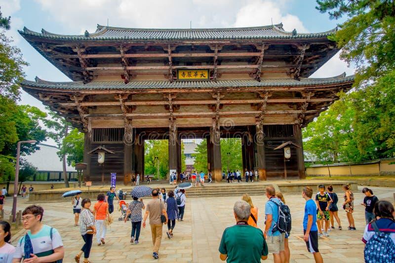 Nara, Japon - 26 juillet 2017 : Foule des personnes marchant près de Nandaimon ay, la grande porte du sud la nuit La porte est a images stock