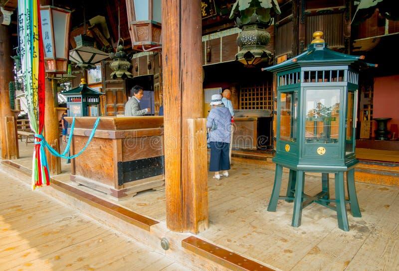 Nara, Japon - 26 juillet 2017 : Les personnes non identifiées dans le hall de Nigatsu-font, temple de Todai-JI, Nara image libre de droits