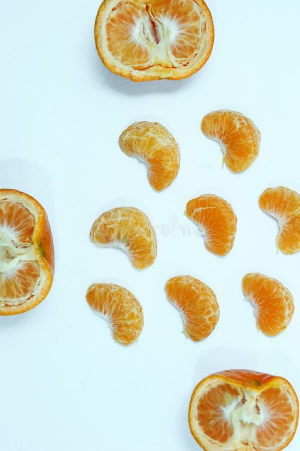 Naranja aislada, colecci?n de frutas anaranjadas o de la clementina enteras y de segmentos pelados imagen de archivo
