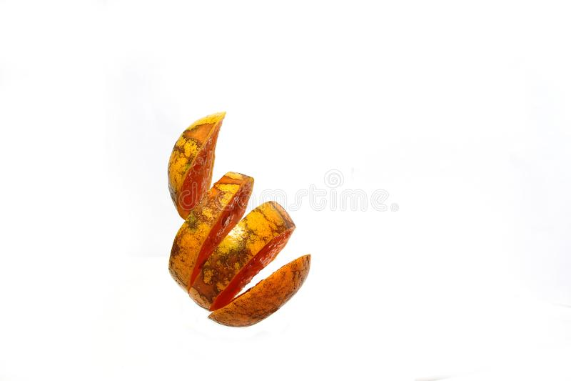 Naranja cortada después de blanco fotografía de archivo