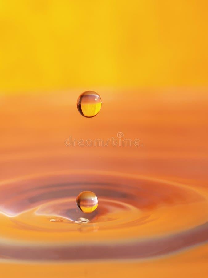 Naranja de la gota del agua fotografía de archivo