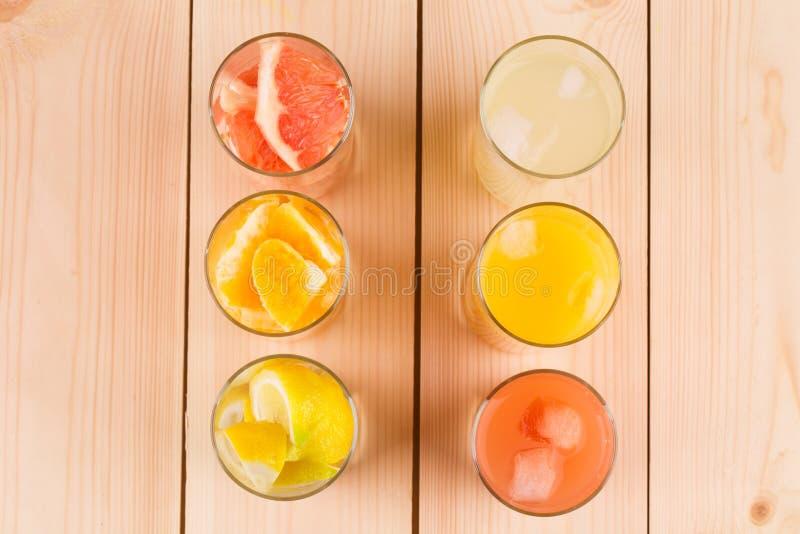 Naranja de la limonada y jugo de pomelo en la tabla fotografía de archivo libre de regalías