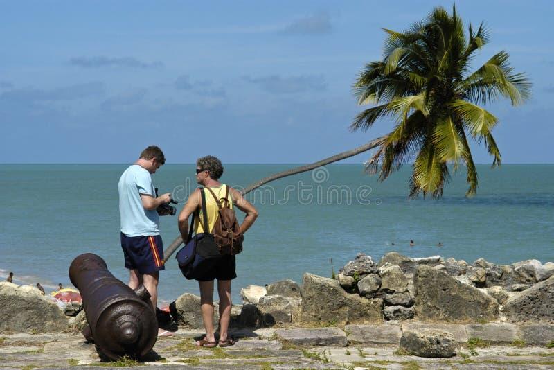 Naranja del fuerte, cañón, océano y turistas, el Brasil imagen de archivo libre de regalías
