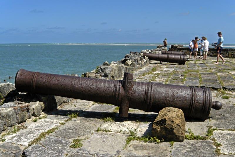 Naranja del fuerte, cañones, océano y turistas, el Brasil foto de archivo libre de regalías