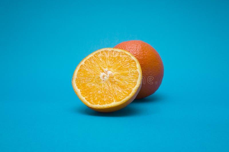Naranja en fondo azul imagen de archivo