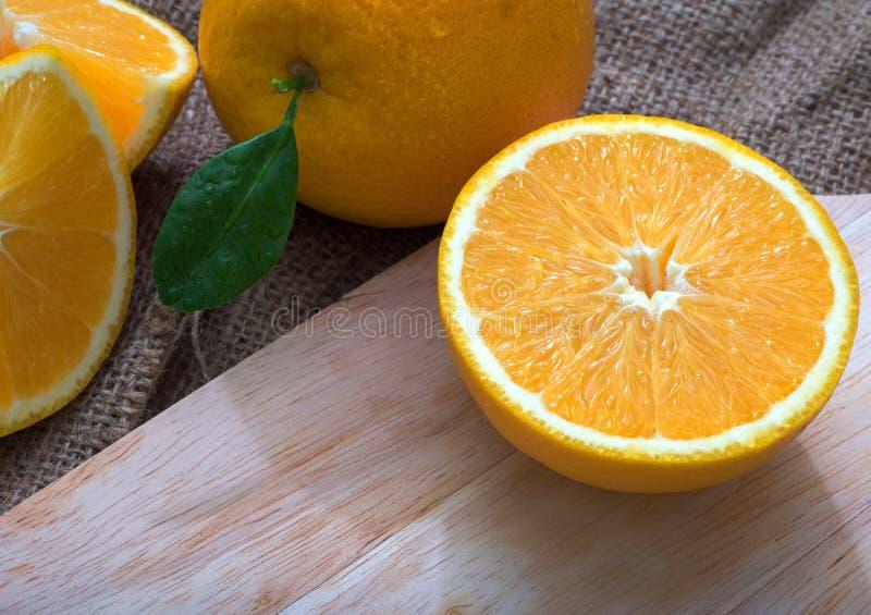 Naranja en la madera fotografía de archivo libre de regalías