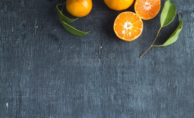 Naranja en la pizarra y el papel fotografía de archivo libre de regalías