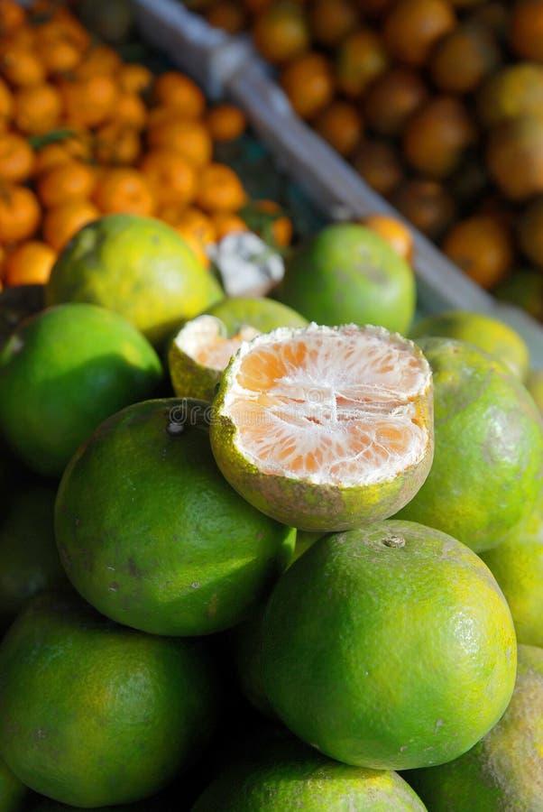 Naranja en mercado imagen de archivo libre de regalías