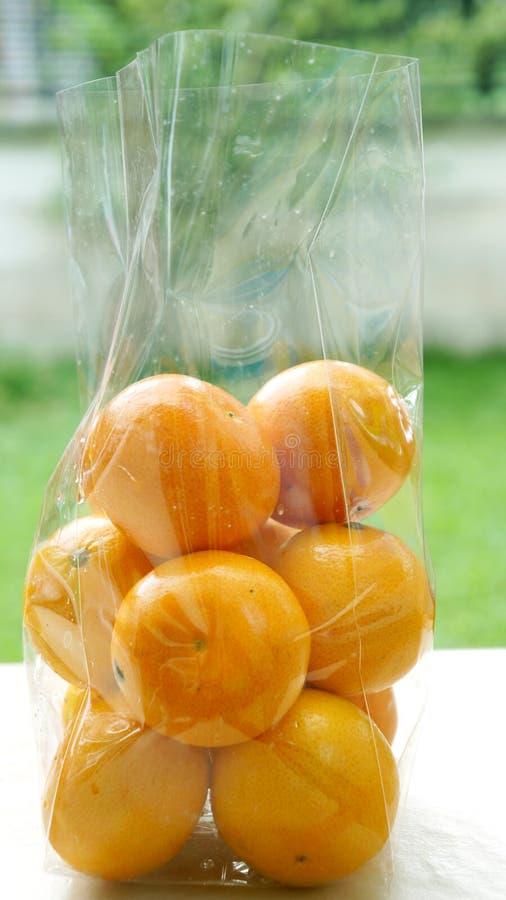 Naranja en una bolsa de plástico despejada fotografía de archivo libre de regalías