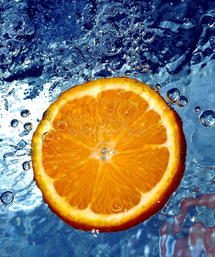 Naranja fresca en agua imagen de archivo libre de regalías