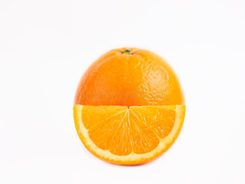 Naranja fresca jugosa delante de él una rebanada de naranja foto de archivo