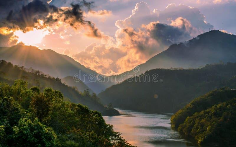 Naranja hermosa de la puesta del sol con un lago entre las montañas fotografía de archivo libre de regalías
