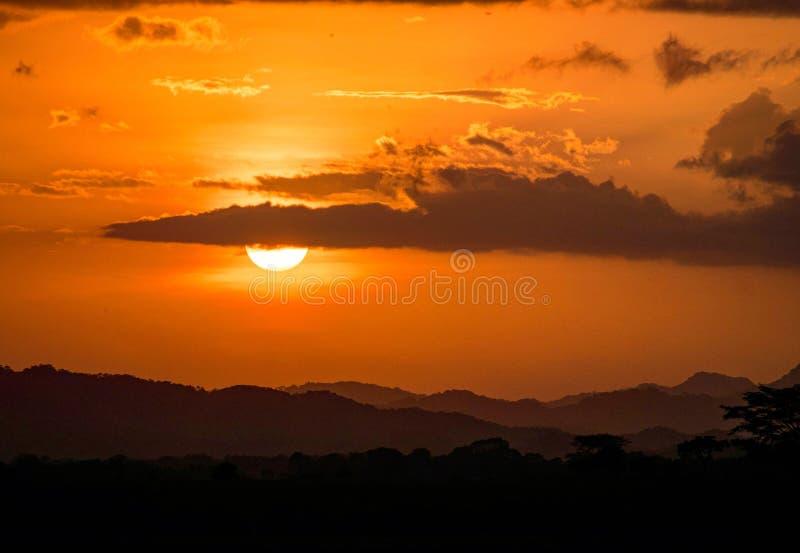 Naranja hermosa de la puesta del sol con y el sol en el horizonte fotografía de archivo libre de regalías