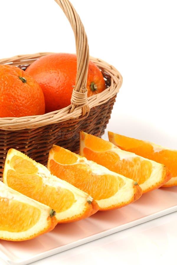 Naranja madura con los halfs cortados foto de archivo