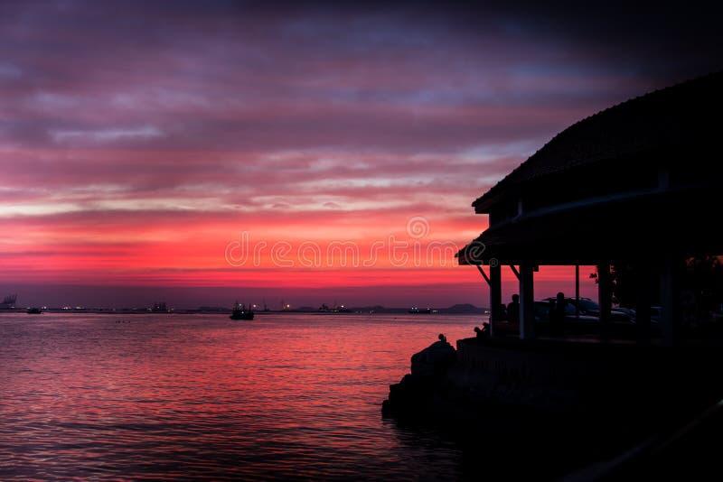 Naranja nublada y puesta del sol tropical del mar fotografía de archivo libre de regalías