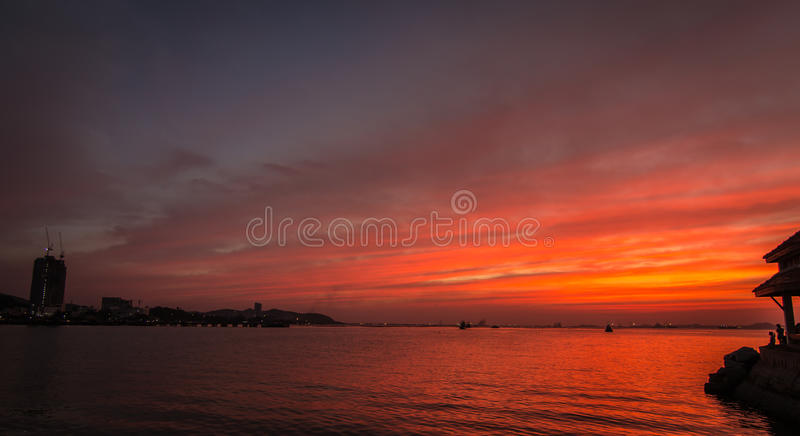Naranja nublada y puesta del sol tropical del mar fotos de archivo