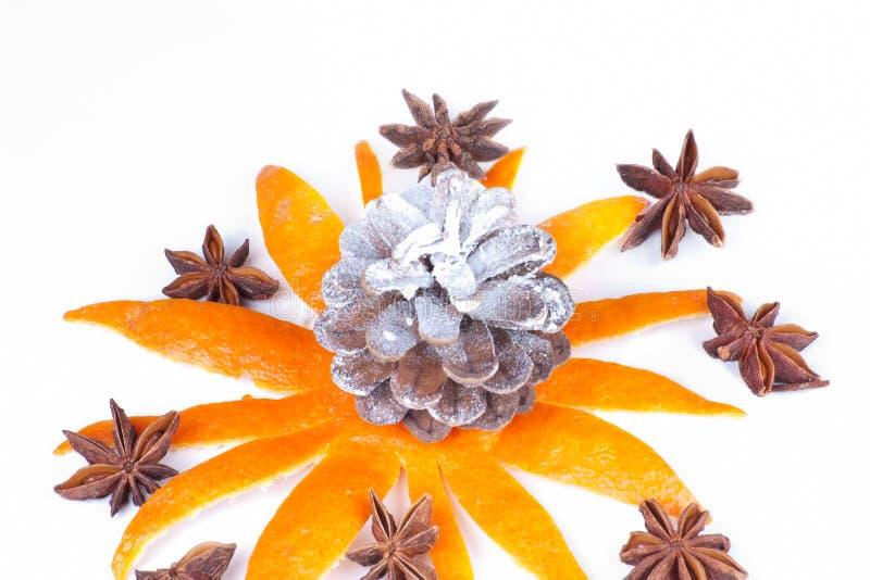 Naranja pelada con anís de estrella imágenes de archivo libres de regalías