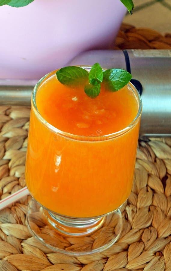 Naranja, pomelo y papaya y smoothie frescos sanos imagen de archivo
