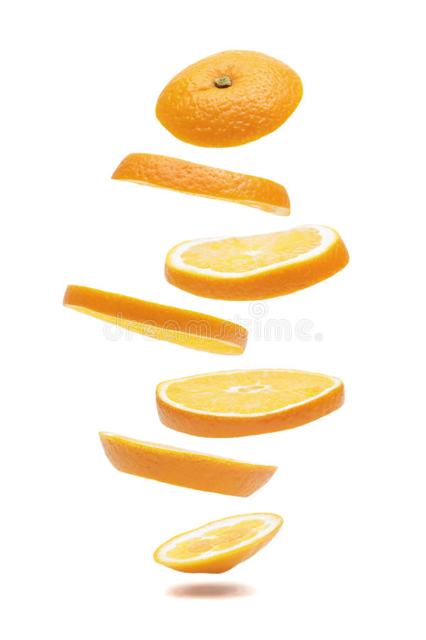Naranja rebanada que cae imagenes de archivo