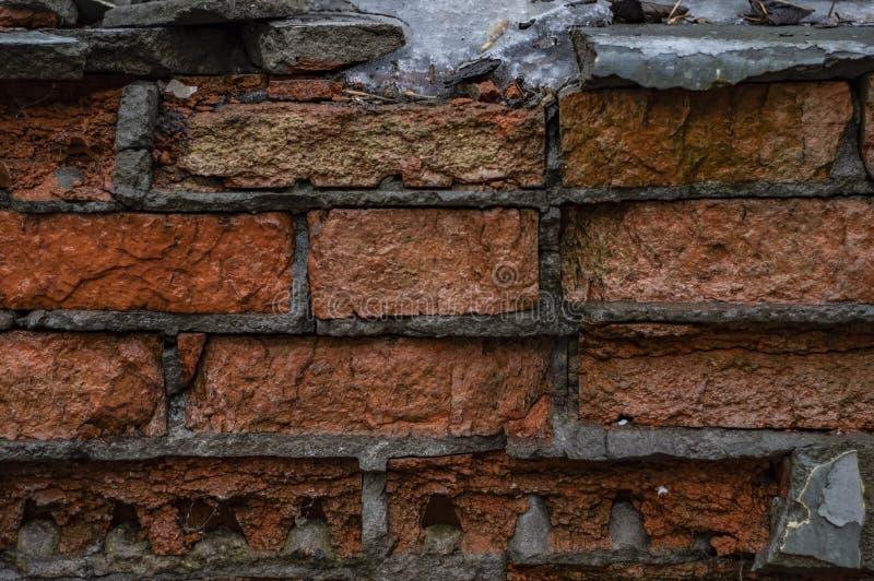 Naranja vieja y pared de ladrillo dañada roja imágenes de archivo libres de regalías