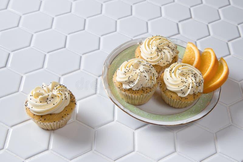 Naranja y Poppy Seed Cupcakes foto de archivo