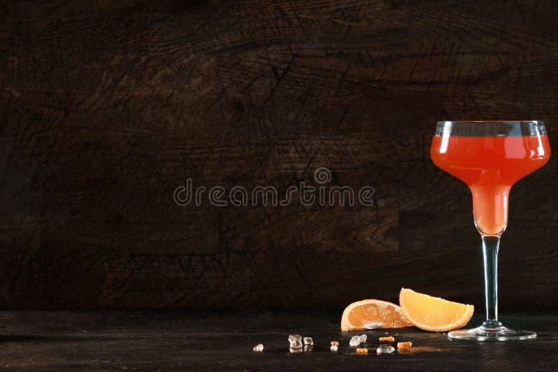 Naranja y ron o cóctel del tequila con el copyspace imagen de archivo
