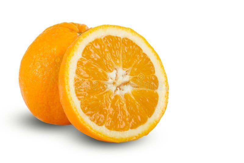 Naranjas cortadas maduras jugosas frescas en el fondo blanco imagen de archivo