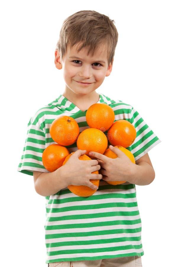 Naranjas de la explotación agrícola del muchacho imagen de archivo