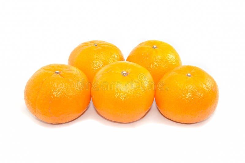 Naranjas del grupo cinco en el fondo blanco imagen de archivo libre de regalías