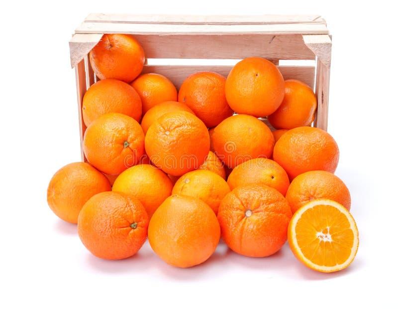 Naranjas en cajón de madera imagen de archivo libre de regalías