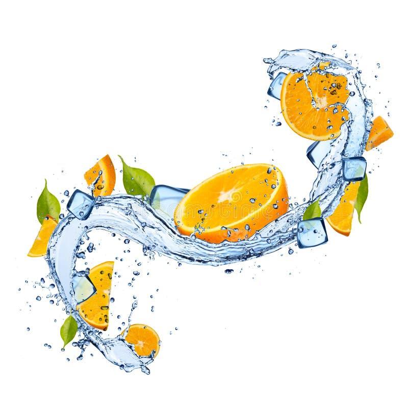 Naranjas en chapoteo del agua en el fondo blanco libre illustration