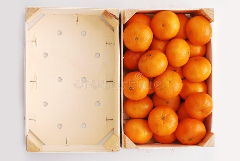 Naranjas en el embalaje de madera foto de archivo
