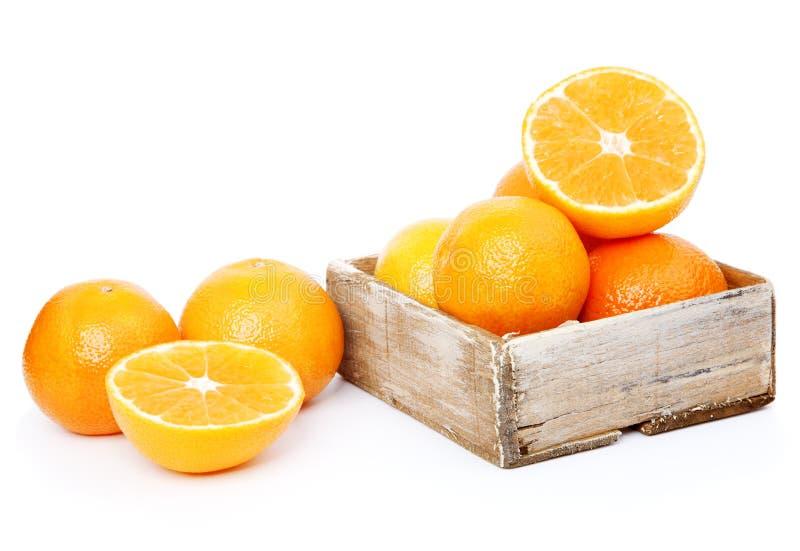 Naranjas en rectángulo de madera imagen de archivo libre de regalías