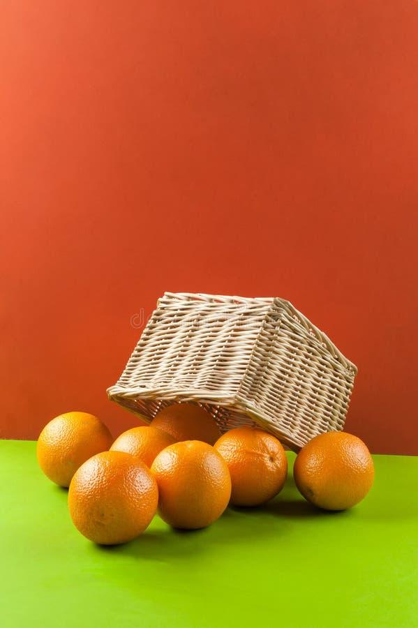 Naranjas en una cesta de mimbre imagen de archivo libre de regalías