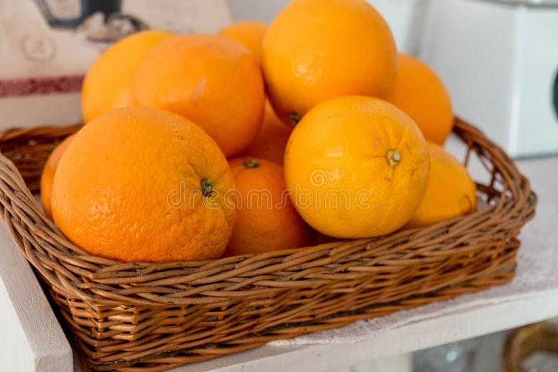 Naranjas en una cesta tejida fotos de archivo